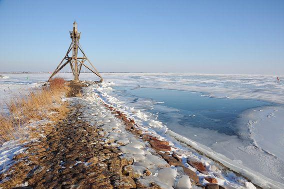 Vuurtoren bij bevroren IJsselmeer