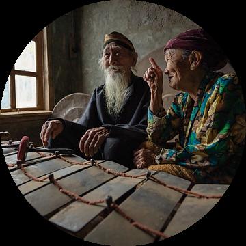 De gamelan maestro en zijn vrouw in Salatiga, Midden Java, Indonesie van Anges van der Logt