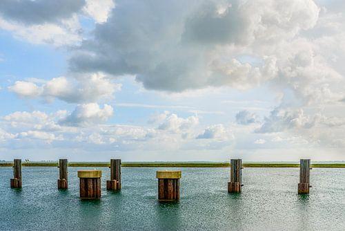 Meerpalen bij de Zeelandbrug. van Don Fonzarelli