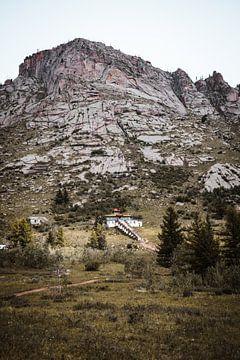 Mongolischer Tempel in den Bergen von Holly Klein Oonk