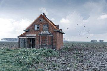 Verlassenes Haus auf einem Feld von Klaas Leussink
