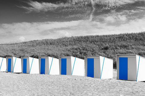Strandhuisjes op het Noordzee strand in Zwart Wit en Blauw
