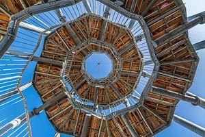 Spiraaltrap van onderaf gezien tegen een mooie blauwe lucht van Bob Janssen