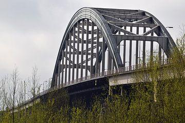 Oude stalen boogbrug Lekbrug over de rivier de Lek tussen Vianen en Nieuwegein van Robin Verhoef