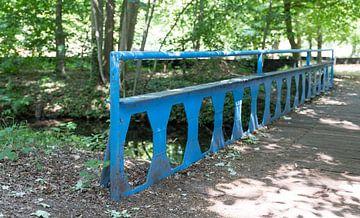vieux pont métallique dans l'ancienne terre d'autrefois