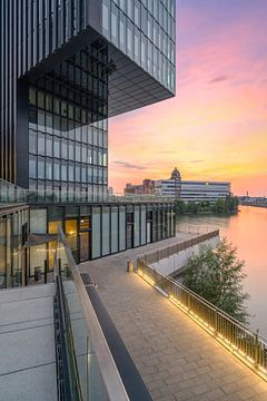 Ambiance de soirée dans le port médiatique de Düsseldorf sur Michael Valjak
