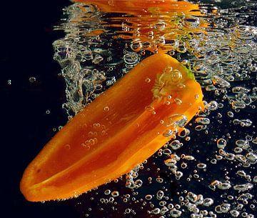 paprika in water van Carla Odink