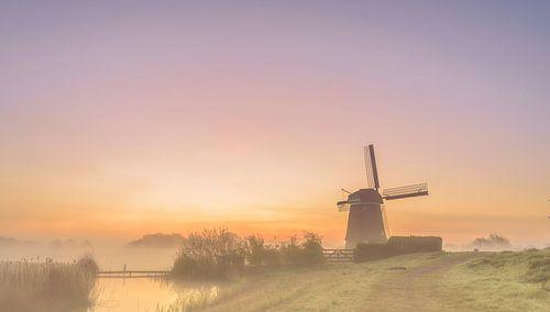 De zon komt op achter de Twiskemolen, Nederland
