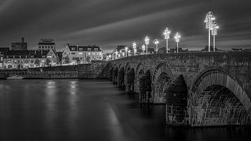 Pont de St Servaas et Wijck en noir et blanc II sur Teun Ruijters