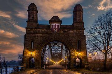 Früher Morgen auf der Harburger Brücke über die Elbe in Hamburg von Annette Hanl