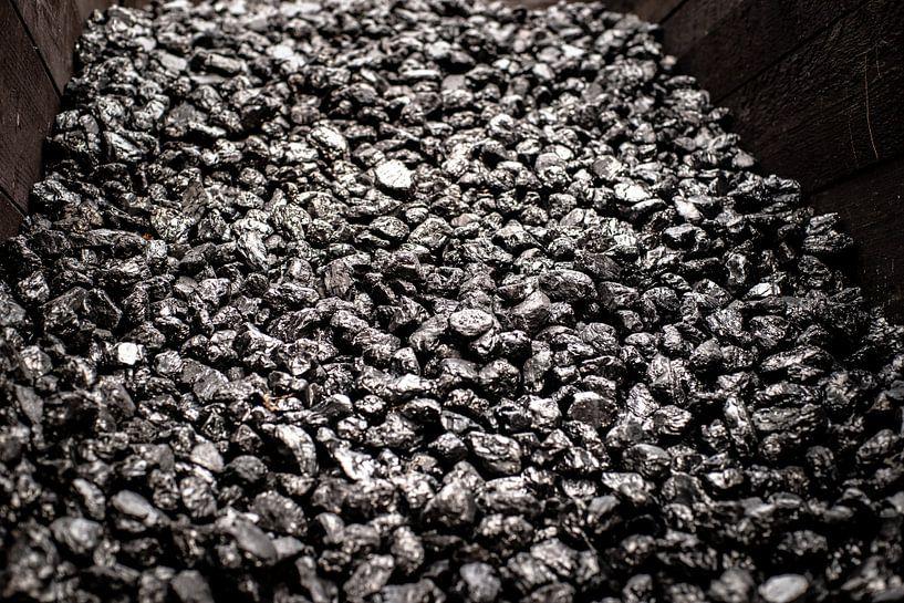 Opgestapelde zwart glimmende kolen in een houten box voor oude industrie van Fotografiecor .nl
