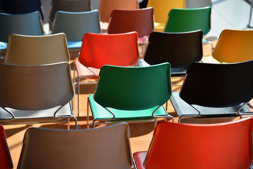 Kleurige stoelen Kunsthal Auditorium 2  van Wim Goedhart