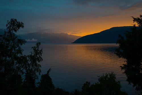zonsondergang bij een fjord in noorwegen