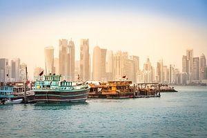 Dhows vor der Skyline von Doha, Katar van