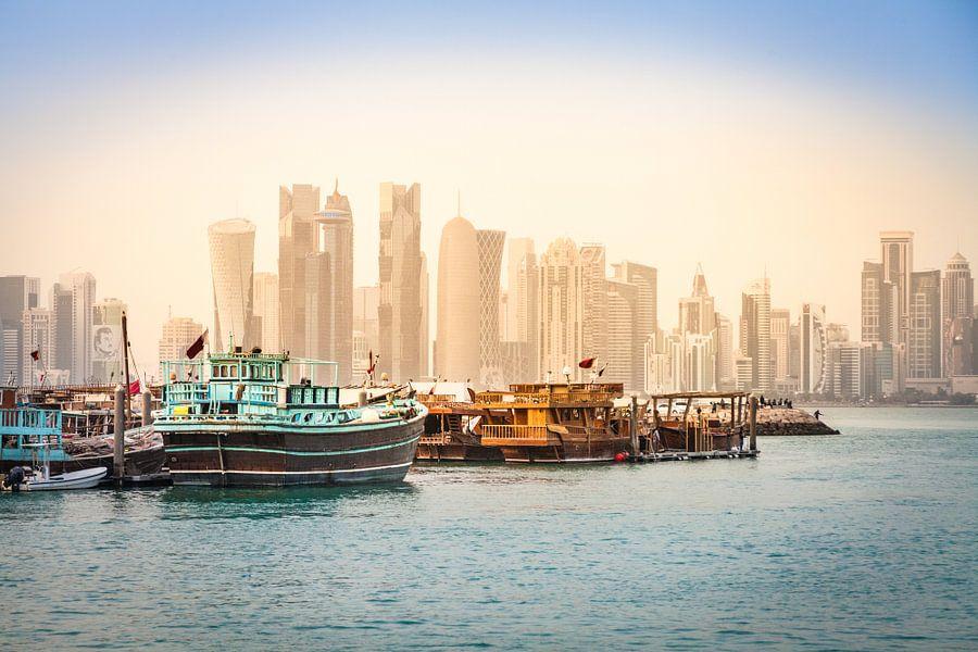 Dhows vor der Skyline von Doha, Katar van Jan Schuler