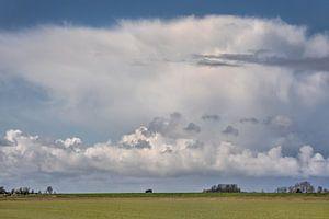 Het dijkje bij het Friese buurtschap Vijfhuizen en een indrukwekkende wolkenlucht van Harrie Muis