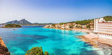 Sant Elm kust. Zicht op de eilanden Sa Dragonera en Es Pantaleu, Middellandse Zee. van Alex Winter