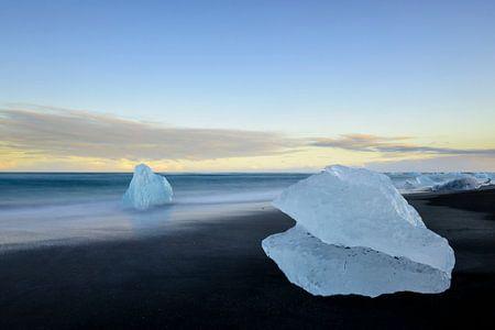 Eisbergblockform auf dem Jokulsarlong Lavastrand während des Sonnenaufgangs
