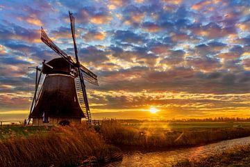 Landschaft, Mühle in der Wiese bei Sonnenaufgang von Marcel Kieffer