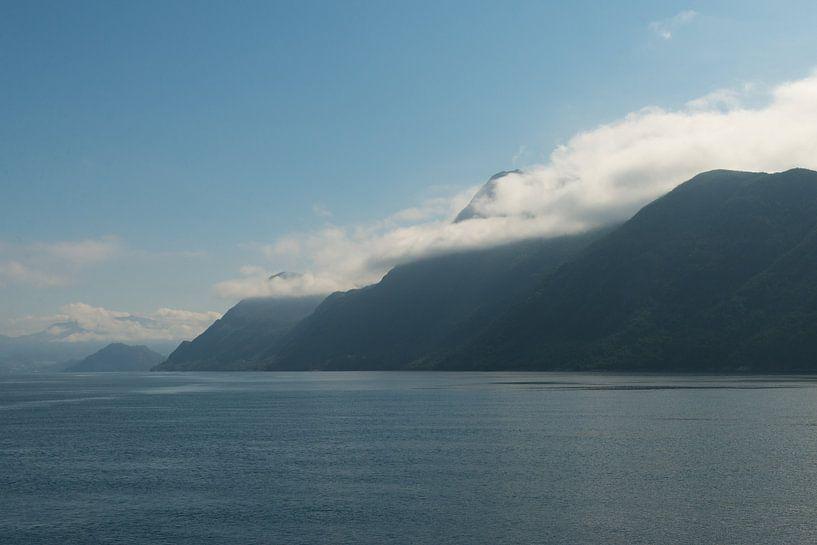 in de wolken in Noorwegen van Renate Oskam