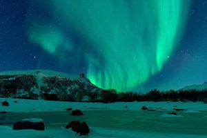 Nordlichter über den schneebedeckten  Gipfeln der Lofoten in Norwegen