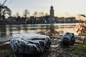 Bevroren stenen op de krib van