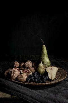 herfst fruit op houten bord|  fine art stilleven fotografie in kleur | print muur kunst van Nicole Colijn