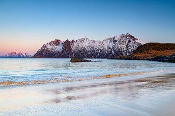 Zonsondergang op het strand van Hovden in de Vesteralen-archipel in Noord-Noorwegen tijdens de winte van Sjoerd van der Wal