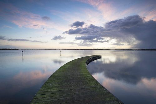 Steiger aan een meer bij zonsopkomst