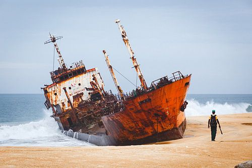 Scheepswrak op een strand in West Afrika