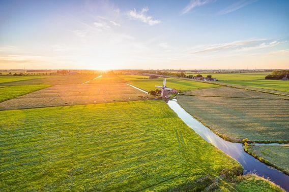 Zonsondergang boven poldermolen De Jonge Held van dron inger