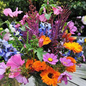 Kleurig boeket bloemen geplukt in de tuin van Ivonne Wierink