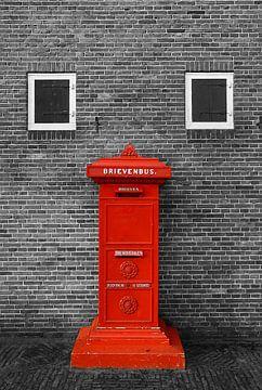Roter Briefkasten Wand in schwarz weiß von Yvonne Smits