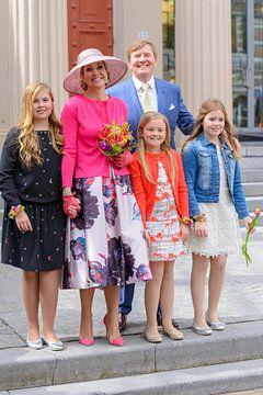 De Koninklijke familie poseert tijdens Koningsdag 2016 in Zwolle van