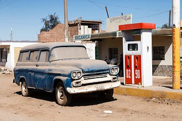 Stoffige classic car in Nazca, Peru, Zuid-Amerika van Martin Stevens