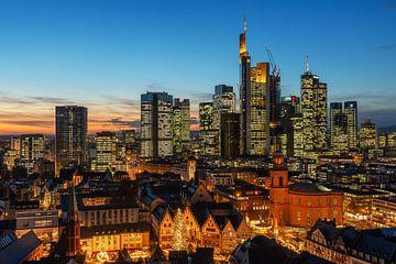 Frankfurt Skyline zur blauen Stunde von Robin Oelschlegel