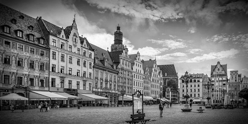 WROCLAW Market Square and tenement houses | panorama monochrome van Melanie Viola