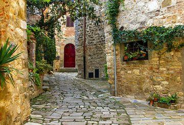 Een typisch Italiaans straatje in Toscane, Italië van Discover Dutch Nature