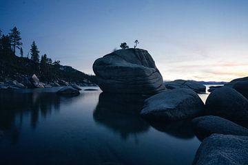 Grote steen in het water