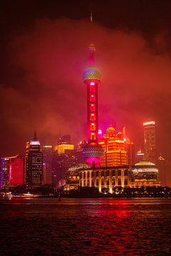 Shanghai skyline kleur lichten at night van Dieuwertje Van der Stoep