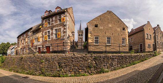 Oude dorpskern  Op de Berg in Elsloo met Sint-Augustinuskerk van John Kreukniet