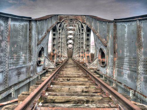 Oude rails van een verlaten spoorbrug van P van Beek