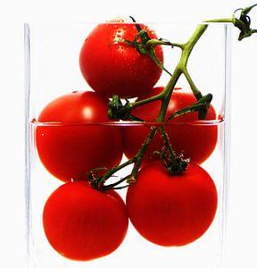 Frische Tomaten im abstrakten Küchenstillleben