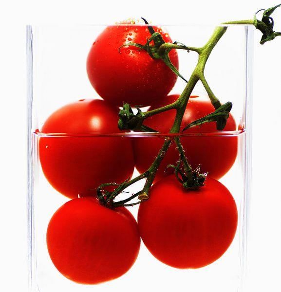 Frische Tomaten im abstrakten Küchenstillleben von Tanja Riedel