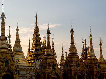 Gouden pieken aan een Birmese lucht van Rik Pijnenburg