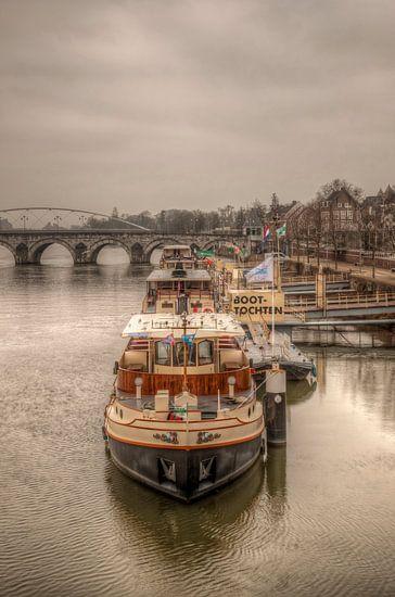 Rondvaartboten bij Maastricht met op de achtergrond de Sint Servaasbrug