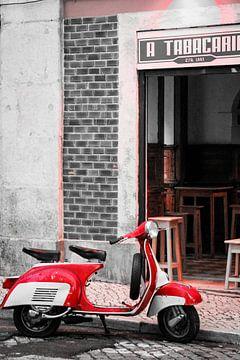 Een rode Vespa in een Portugees straatje van Petra Brouwer