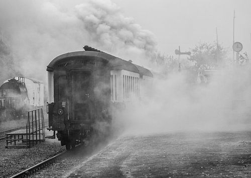 Nostalgisch plaatje van Stoomtrein Simpelveld gehuld in stoom bij vertrek van het Station