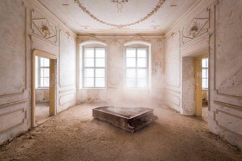Klavier im Staub.