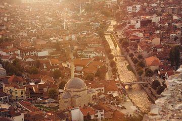 Stad Prizren in het zuiden van Kosovo in prachtig gouden licht van Besa Art